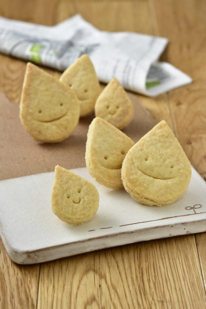 卵アレルギー、乳アレルギーや授乳中でも安心、名古屋、岐阜、多治見、各務原から多数来店する岐阜県美濃加茂市のケーキ屋、「卵、乳製品、白砂糖をつかわない おやつのアトリエ モコ」が販売している、「卵、乳、小麦、白砂糖不使用、グルテンフリーのしずくちゃんのプレーンなクッキー」の写真。
