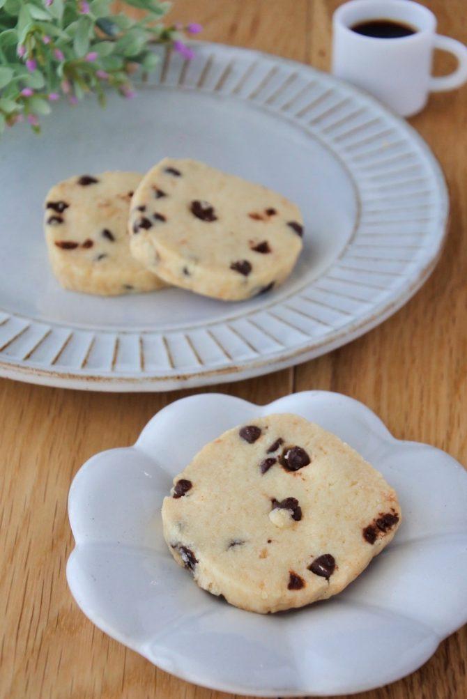 卵アレルギー、乳アレルギーや授乳中でも安心、名古屋、一宮、岐阜、多治見、各務原から多数来店、全国にも発送可能な岐阜県美濃加茂市のケーキ屋、「卵、乳製品、白砂糖をつかわない おやつのアトリエ モコ」が販売している、「卵、乳、白砂糖不使用チョコチップクッキー」の写真。